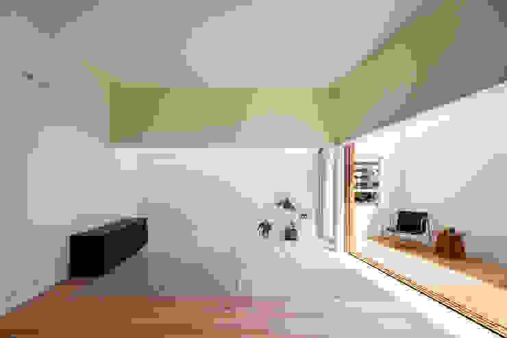 FUMIASO ARCHITECT & ASSOCIATES/ 阿曽芙実建築設計事務所 Sala multimediale in stile asiatico