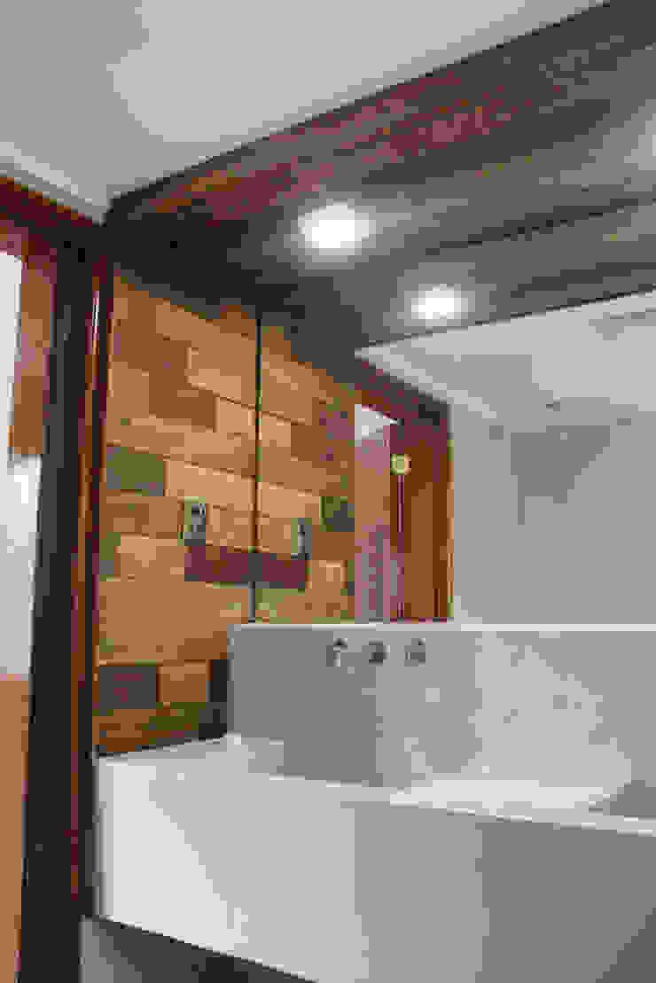 Phòng tắm phong cách tối giản bởi Vetas Sur Tối giản