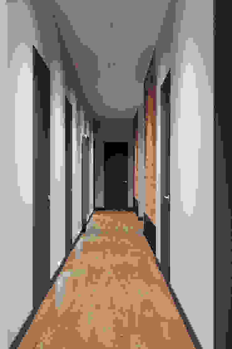 Студия архитектуры и дизайна Дарьи Ельниковой Corredores, halls e escadas minimalistas