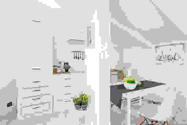 HOME STAGING FULL MANSARDA AL QUINTO PIANO HOME DESIGN+ by Susanna Menegotto Cucina moderna