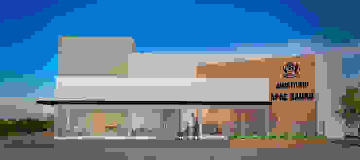 Fachada do auditório Casas modernas por Fávero Arquitetura + Interiores Moderno