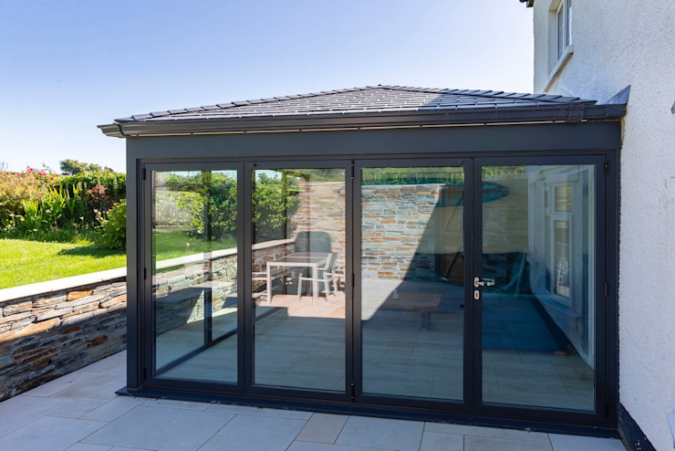 A warm roof and aluminium extension carried out in Bude. Зимний сад в стиле модерн от Bude Windows & Conservatories Ltd Модерн