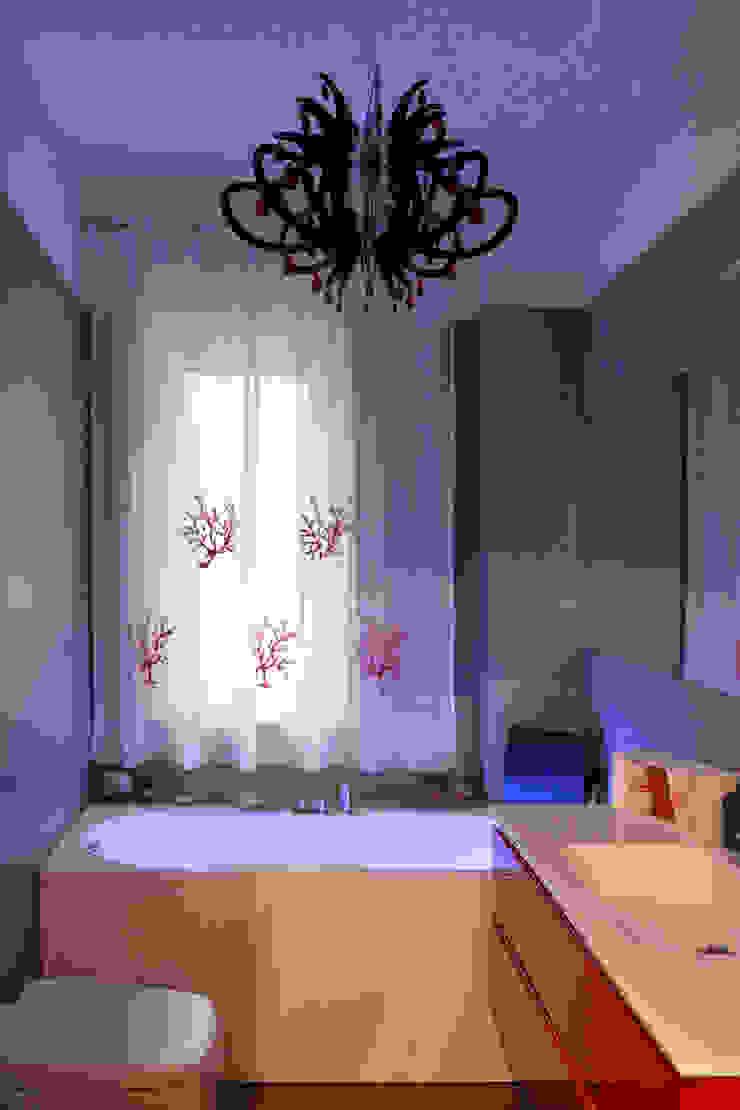 Nowoczesna łazienka od Architetto Luigia Pace Nowoczesny Ceramiczny