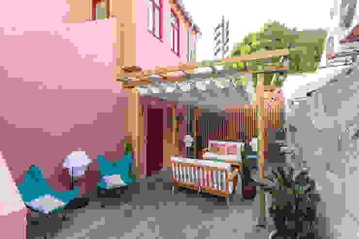 Zona lounge exterior - Projeto SHI Studio Interior Design, Matosinhos ShiStudio Interior Design Varandas, marquises e terraços modernos