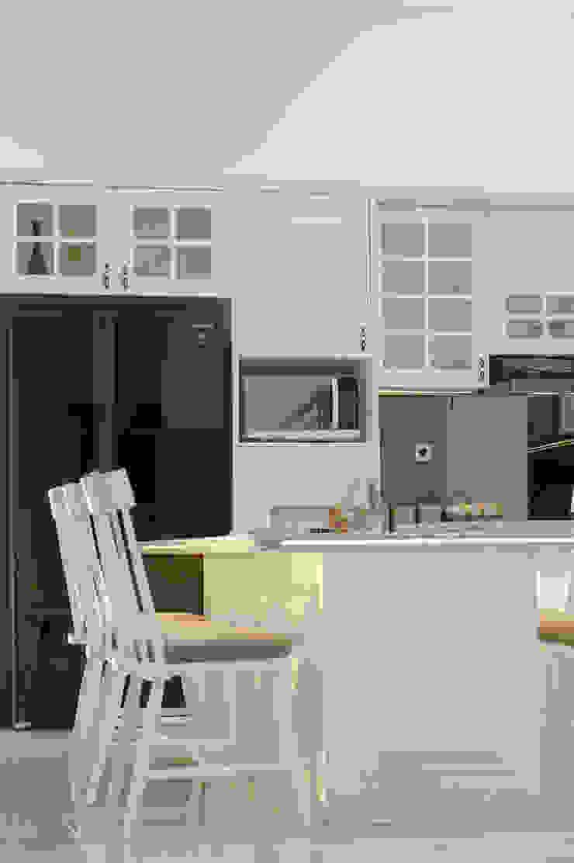 meja makan dengan detail profile klasik Ruang Makan Klasik Oleh PT Membangun Harapan Sukses Klasik