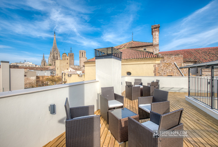 Terraza de un apartamento turístico en el barrio Gótico de Barcelona Hoteles de estilo mediterráneo de Carlos Sánchez Pereyra | Artitecture Photo | Fotógrafo Mediterráneo