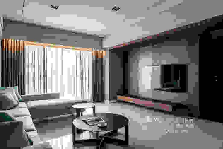 暗色調之美 现代客厅設計點子、靈感 & 圖片 根據 木博士團隊/動念室內設計制作 現代風