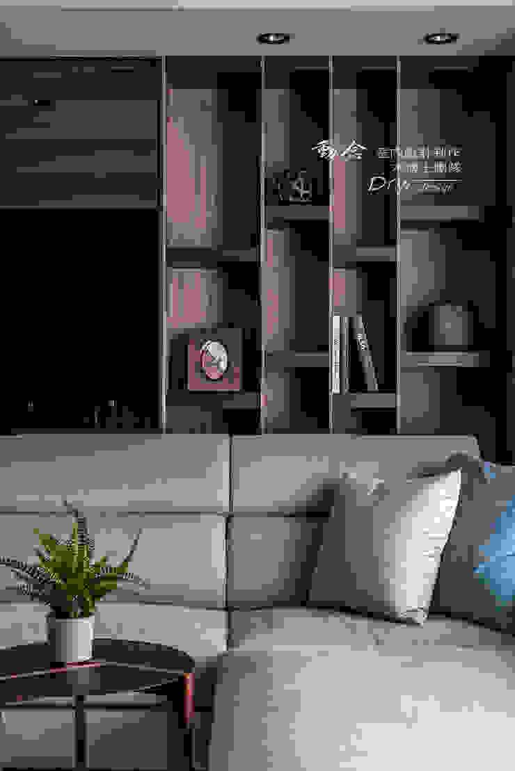 客廳細部 现代客厅設計點子、靈感 & 圖片 根據 木博士團隊/動念室內設計制作 現代風