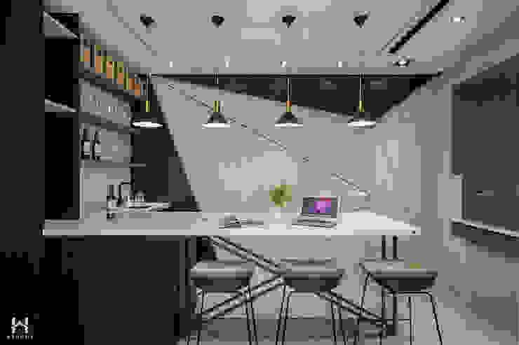 客廳吧台區 现代客厅設計點子、靈感 & 圖片 根據 在家空間設計 現代風 實木 Multicolored