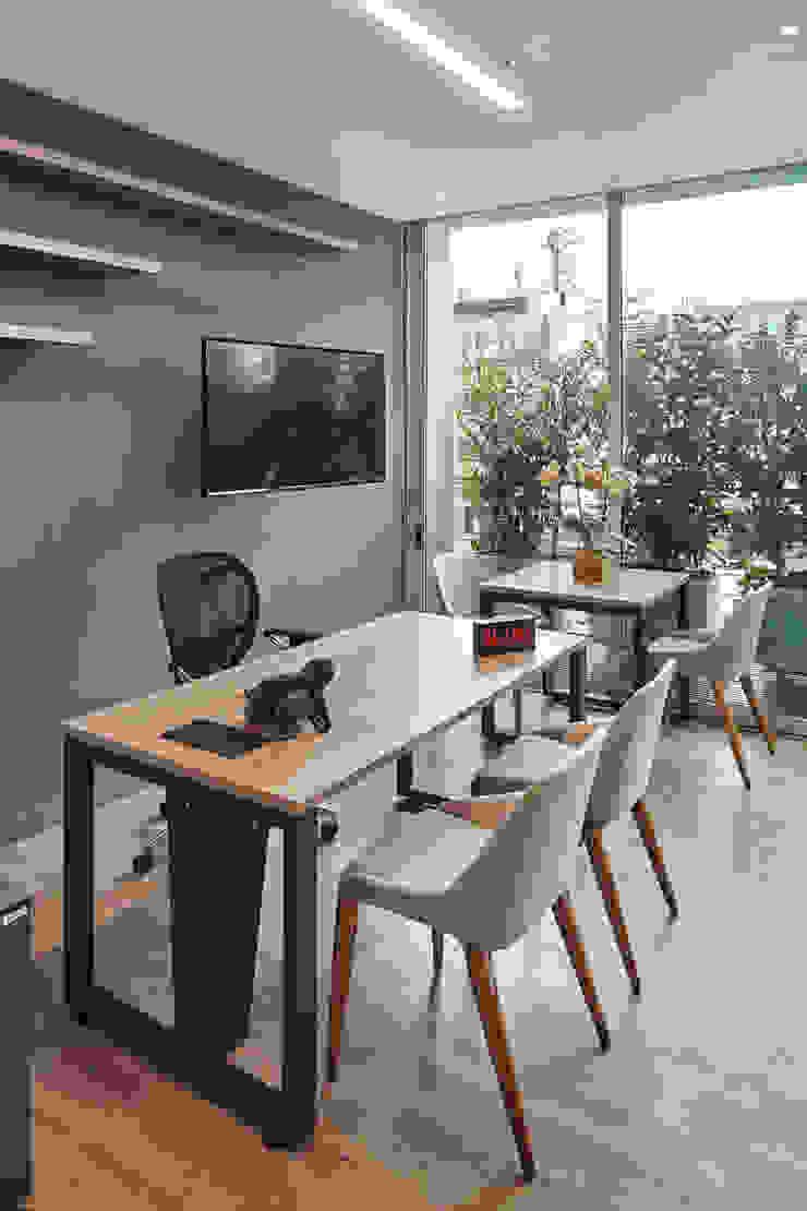Puesto de trabajo gerencial Estudios y despachos de estilo minimalista de Servex Colombia Minimalista