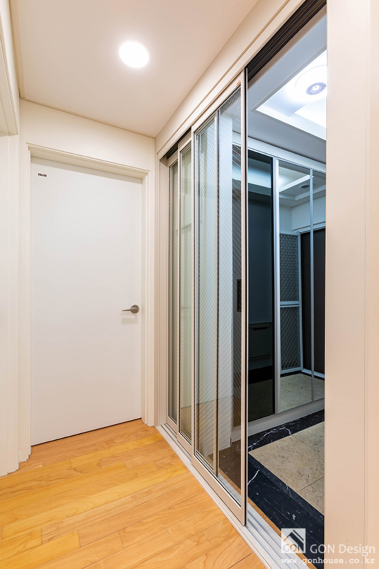 Couloir, entrée, escaliers modernes par 곤디자인 (GON Design) Moderne