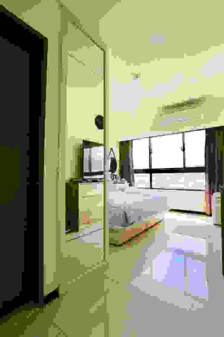臥房衣櫃旁裝設了大片連身鏡 根據 藏私系統傢俱 簡約風