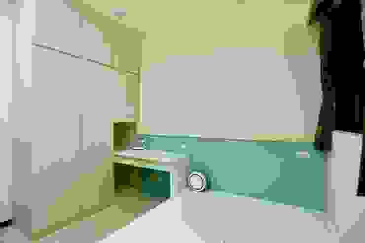 衣櫃的一角作為書桌延伸: 極簡主義  by 藏私系統傢俱, 簡約風