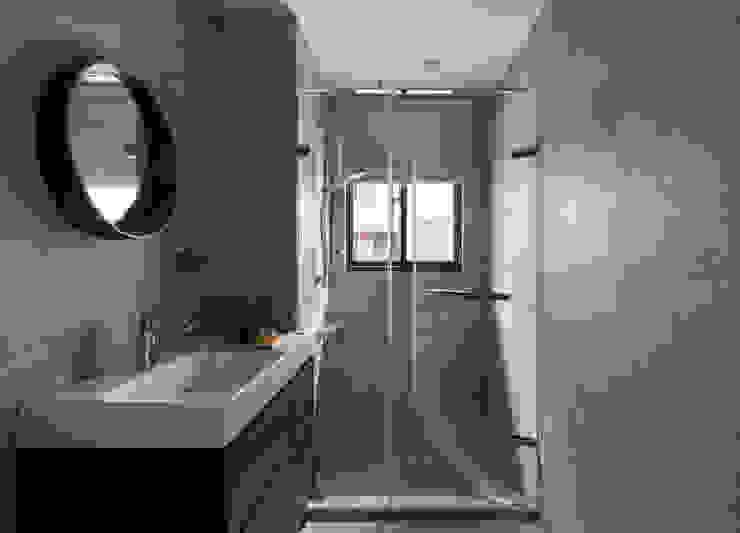 【南港】– 林宅 現代浴室設計點子、靈感&圖片 根據 六木設計 現代風