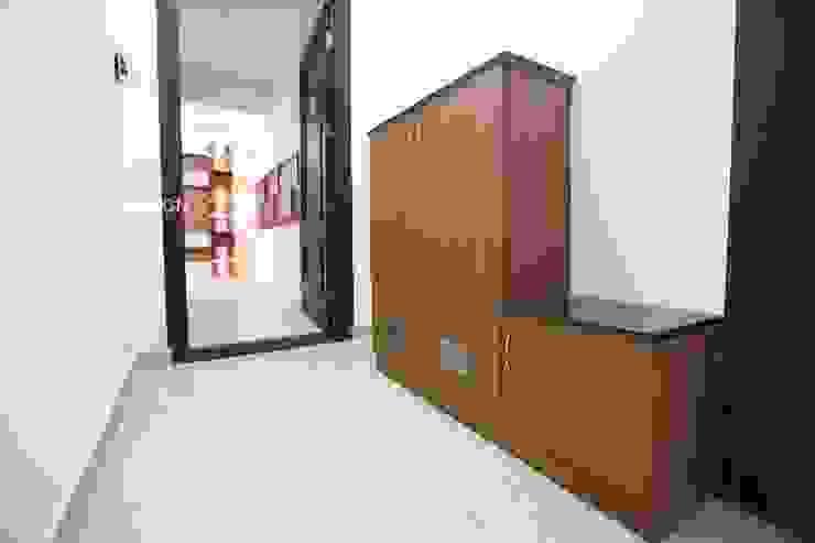 Foyer entrance Modern corridor, hallway & stairs by Interios by MK Design Modern