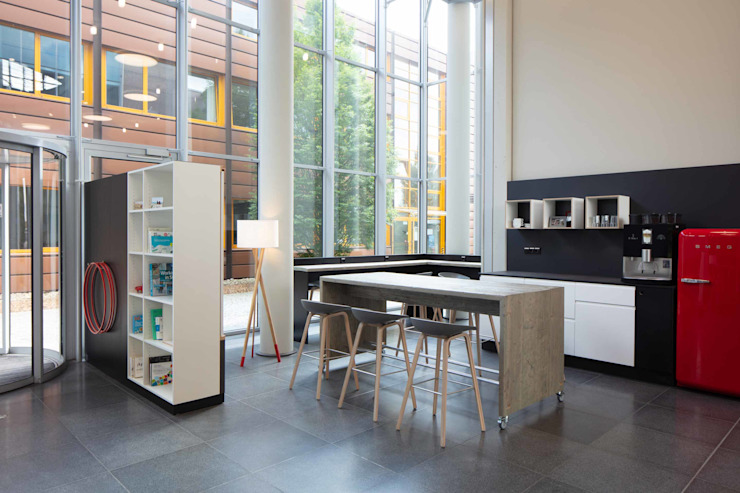 OFFENE KÜCHE:  Bürogebäude von _WERKSTATT FÜR UNBESCHAFFBARES - Innenarchitektur aus Berlin,Modern