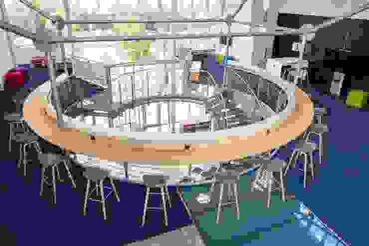 RUNDTRESEN:  Bürogebäude von _WERKSTATT FÜR UNBESCHAFFBARES - Innenarchitektur aus Berlin,Modern