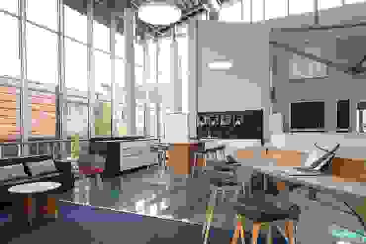 LEAN COFFEE:  Bürogebäude von _WERKSTATT FÜR UNBESCHAFFBARES - Innenarchitektur aus Berlin,Modern