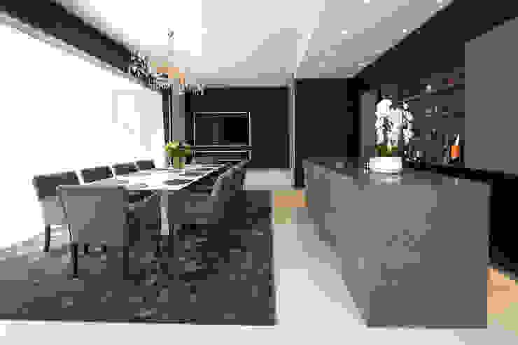 totaalinrichting door de interieur architect in Antwerpen: Marcotte Style Moderne woonkamers Graniet Wit