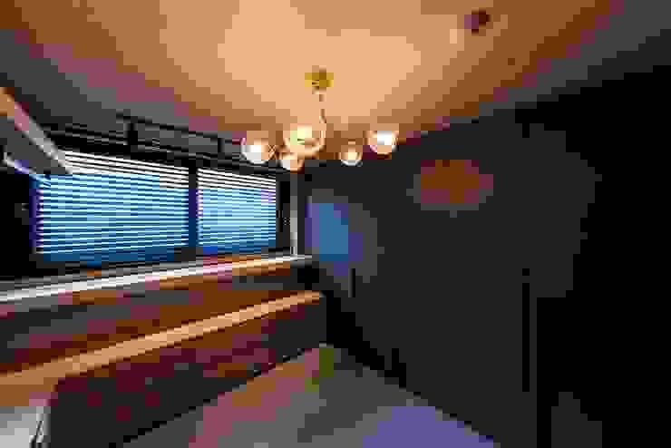 Moderne Ankleidezimmer von 므나 디자인 스튜디오 Modern
