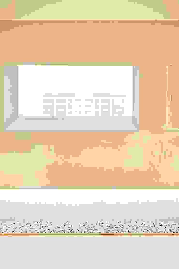 Moderner Flur, Diele & Treppenhaus von 므나 디자인 스튜디오 Modern