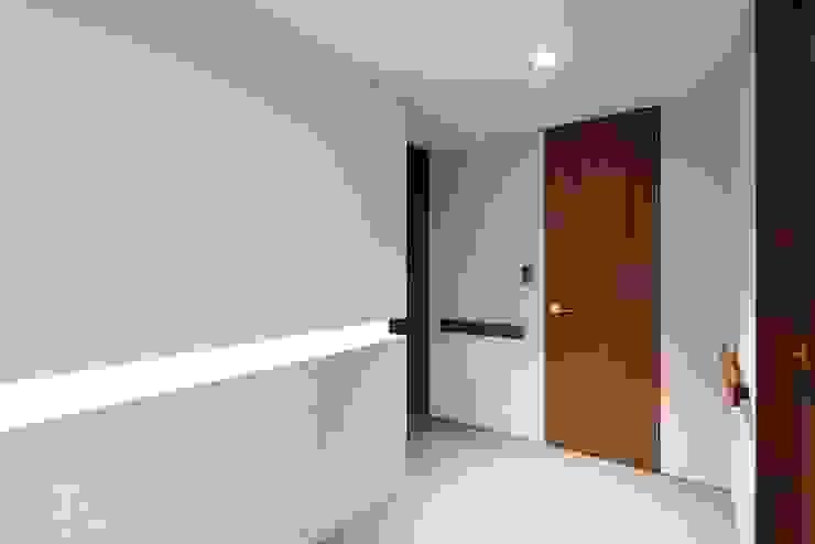Moderne Wände & Böden von 므나 디자인 스튜디오 Modern