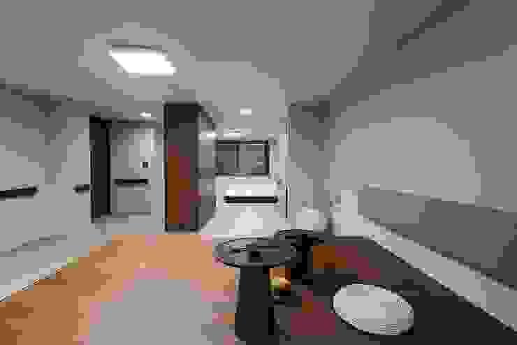 Moderner Multimedia-Raum von 므나 디자인 스튜디오 Modern