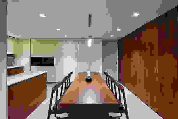 Moderne Esszimmer von 므나 디자인 스튜디오 Modern