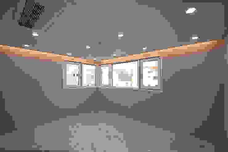 J_oblique 제이오블리크_평택시 고덕지구 FD11-4-9 상가주택 모던스타일 미디어 룸 by AAG architecten 모던 마분지