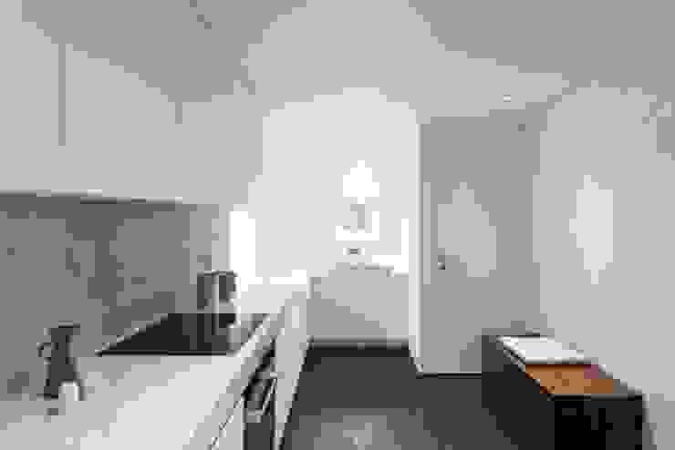 Saive Farmhouse Lola Cwikowski Studio Nhà bếp phong cách tối giản