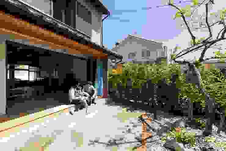 透き間の家 山本嘉寛建築設計事務所 YYAA 和風デザインの テラス 無垢材 ブラウン