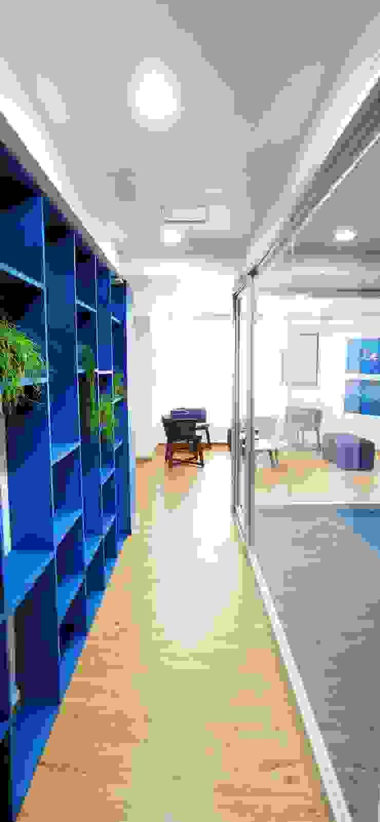Proyecto OC Pasillos, halls y escaleras mediterráneos de Urbyarch Arquitectura / Diseño Mediterráneo