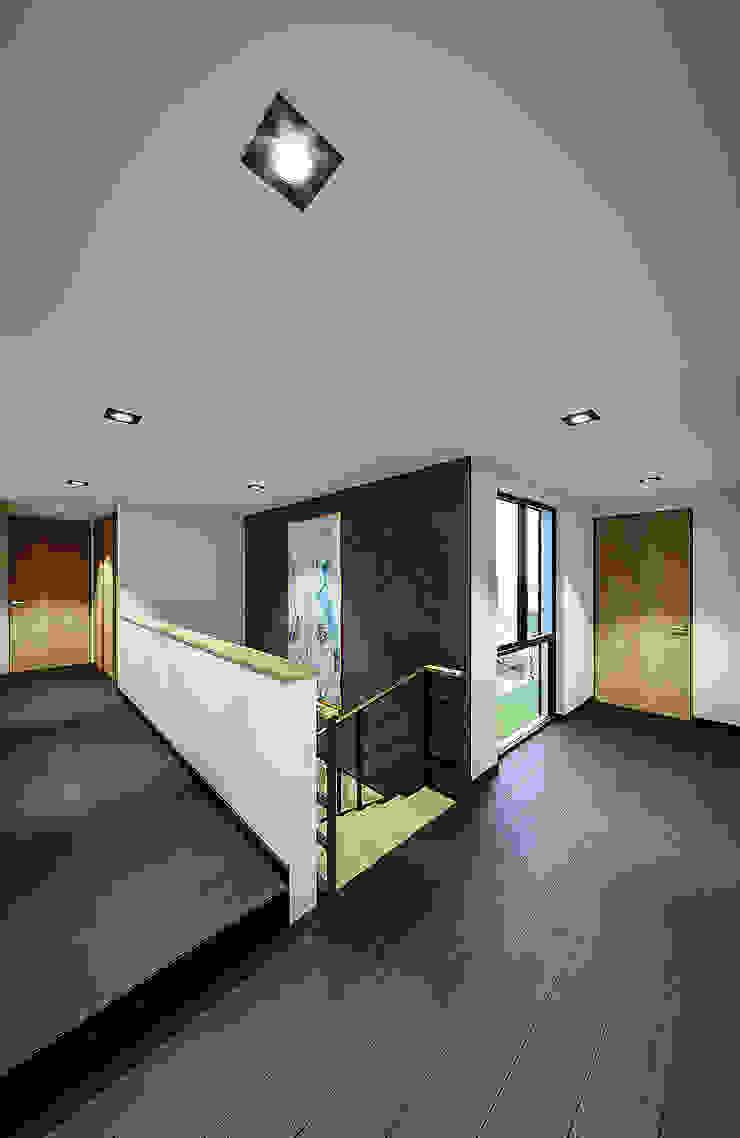 Proyecto Lomas de las Palmas Pasillos, vestíbulos y escaleras industriales de Urbyarch Arquitectura / Diseño Industrial