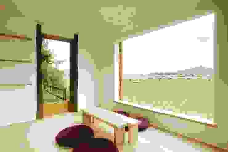Mimasis Design/ミメイシス デザイン Salas de entretenimiento de estilo minimalista