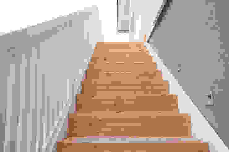 Außentreppe mit seitlichen LED Strahlern von homify Landhaus Holz Holznachbildung