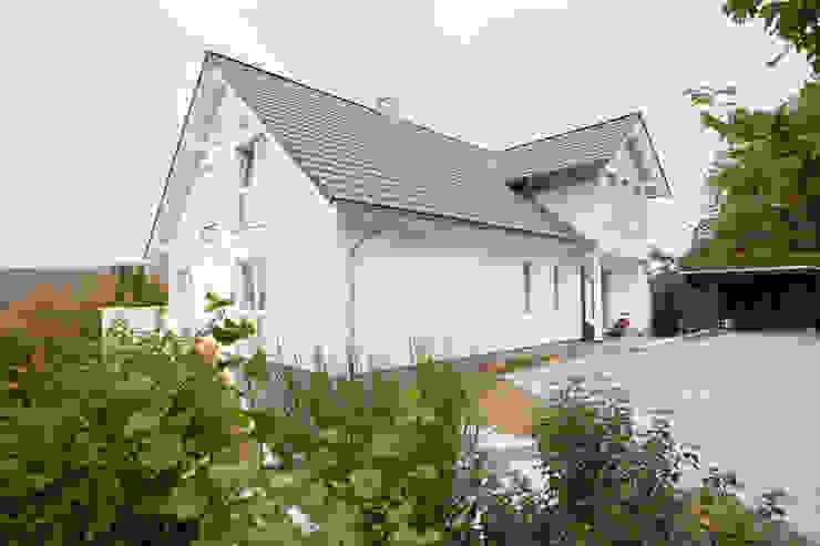 """S2 Landhaus """"Sonnental"""" - Eingangsseite von homify Landhaus Holz Holznachbildung"""