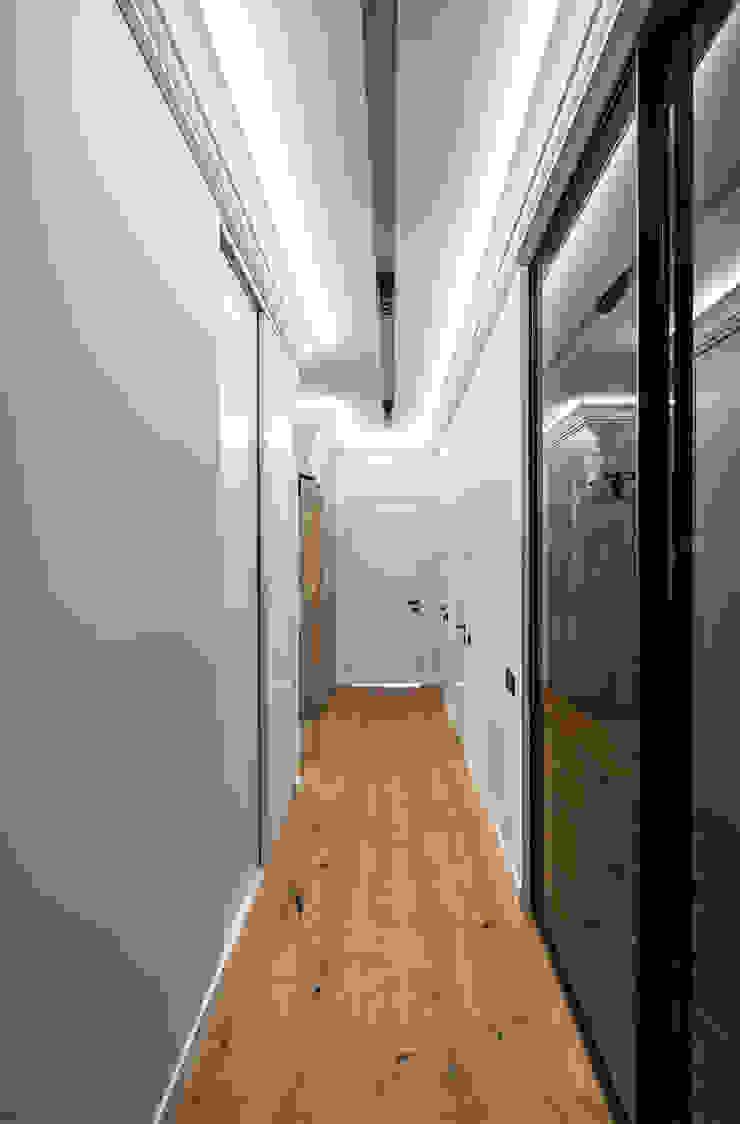 Pasillos, vestíbulos y escaleras de estilo minimalista de YOUSUPOVA Minimalista