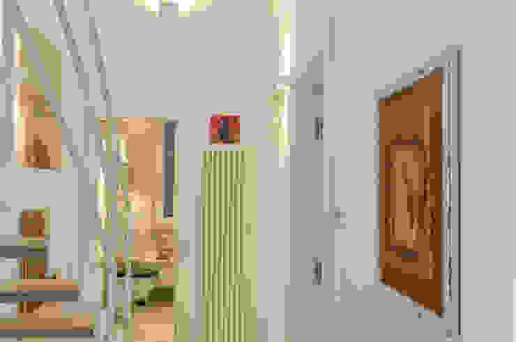 Tra mare e vecchio incasao – 90mq Ingresso, Corridoio & Scale in stile mediterraneo di Studio ARCH+D Mediterraneo