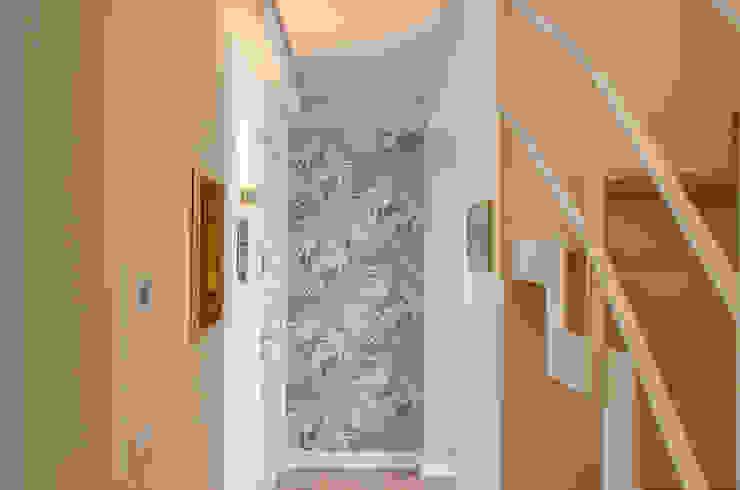 Tra mare e vecchio incasao – 90mq Ingresso, Corridoio & Scale in stile moderno di Studio ARCH+D Moderno