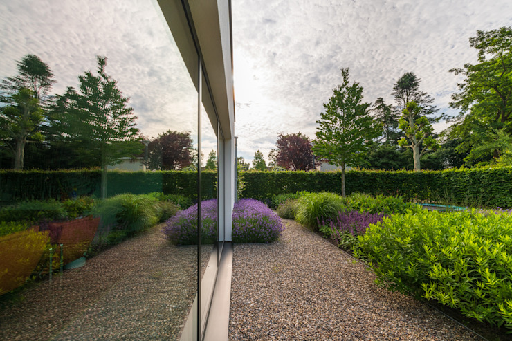 Weerspiegeling bloemrijke border Moderne tuinen van Buro Buitenom exterieurontwerpers Modern