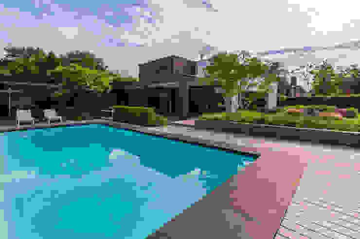Houten vlonderterras rondom zwembad Moderne zwembaden van Buro Buitenom exterieurontwerpers Modern