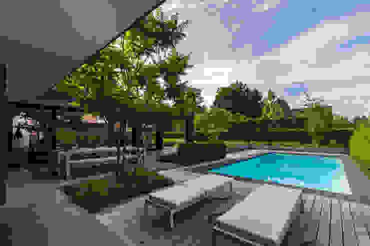 Buitenkeuken bij zwembad Moderne balkons, veranda's en terrassen van Buro Buitenom exterieurontwerpers Modern