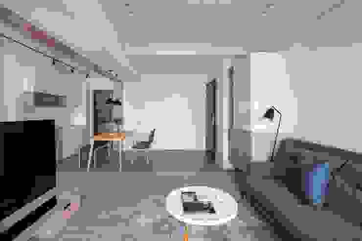 灰質地磚 斯堪的納維亞風格的走廊,走廊和樓梯 根據 極簡室內設計 Simple Design Studio 北歐風