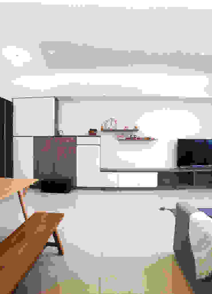 一體成型延伸到電視牆櫃體 台中室內設計裝修|心之所向設計美學工作室 Minimalist walls & floors