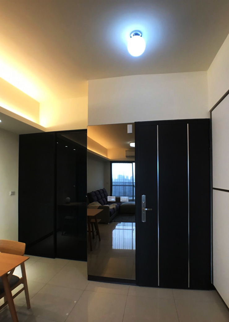大門旁設有連身鏡讓屋主出門前可以再次檢查儀容 根據 台中室內設計裝修|心之所向設計美學工作室 簡約風