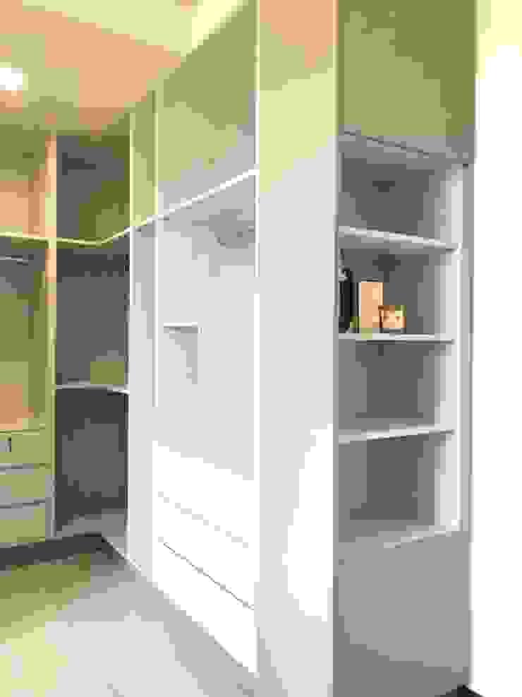 大片系統櫃讓屋主的衣物收納不成問題 台中室內設計裝修|心之所向設計美學工作室 Garages & sheds