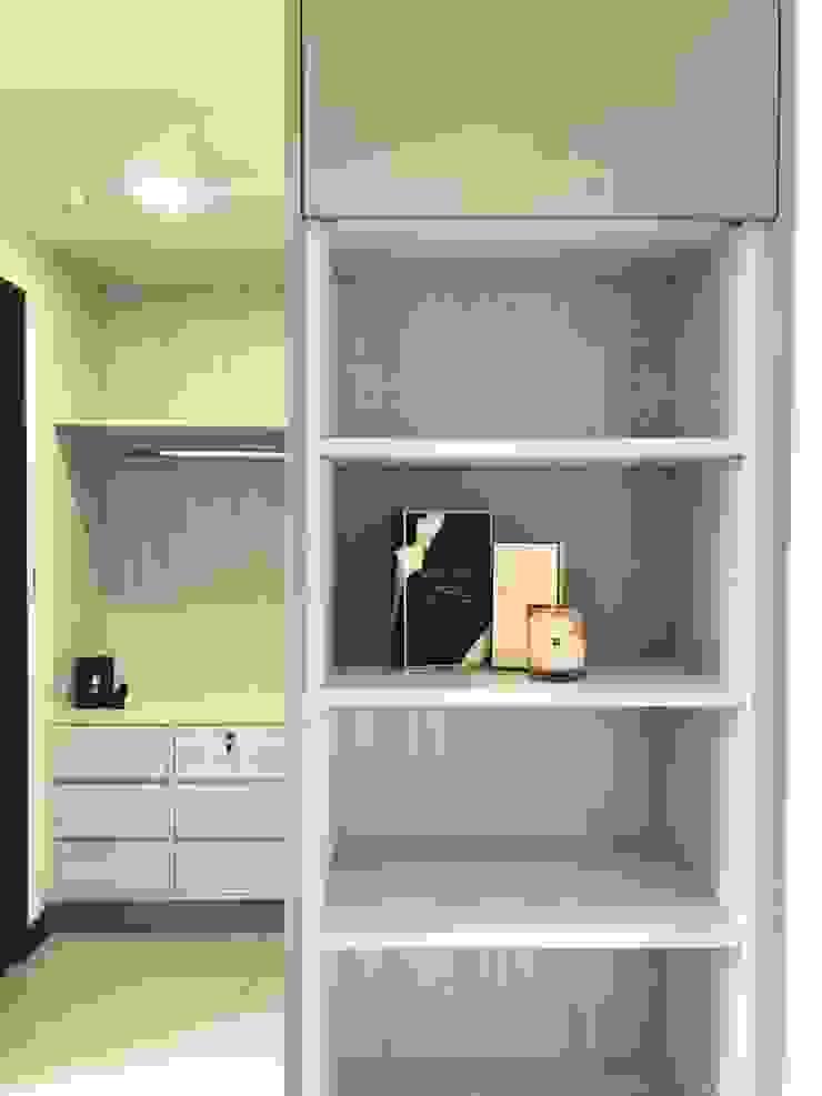 大片系統櫃讓屋主的衣物收納不成問題: 極簡主義  by 台中室內設計裝修|心之所向設計美學工作室, 簡約風