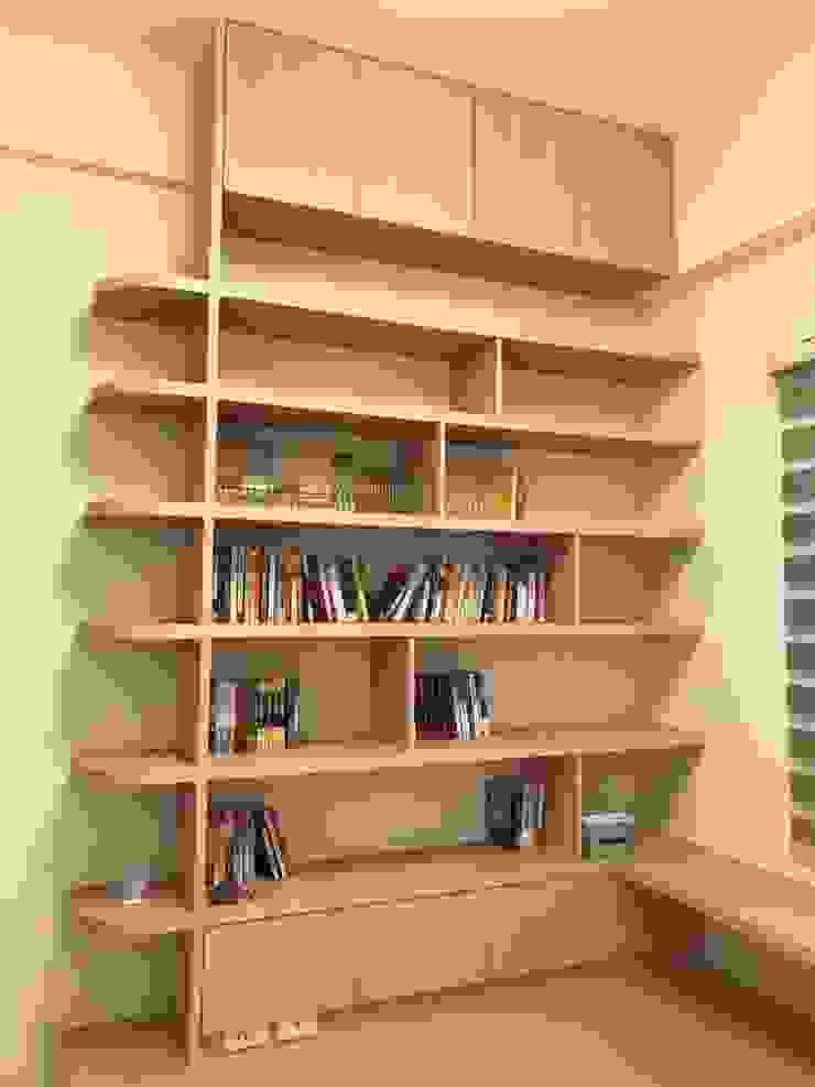 大片的書櫃可以擺放許多書籍與收藏品: 極簡主義  by 台中室內設計裝修 心之所向設計美學工作室, 簡約風