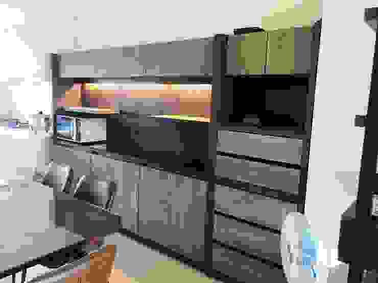 餐桌後方大片儲物櫃可以擺放電器用品: 極簡主義  by 台中室內設計裝修 心之所向設計美學工作室, 簡約風