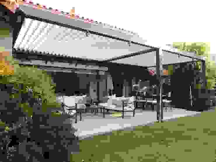 Terraza Bioclimática Comercial Dominguez Balcones y terrazas modernos Aluminio/Cinc